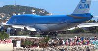 Boeing 747 vs. Strand